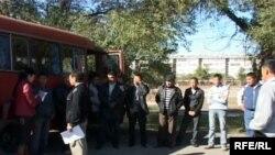 Автобус с рыбаками с озера Балхаш. Они приехали на суд в Талдыкорган.