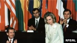Выйти из тени. Для многих американских избирателей г-жа Клинтон по-прежнему является всего лишь бывшей первой леди (на фото во время визита мужа Билла в Чехию)