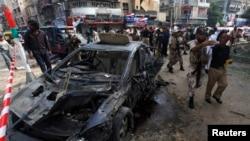 Policët dhe ushtarët pakistanezë i largojnë njerëzit nga vendi ku u bë sulmi me bombë në qytetin Karaçi