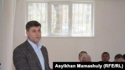 Юрист Сергей Уткин (слева), представляющий в суде интересы ОСДП. Алматы, 14 апреля 2015 года.