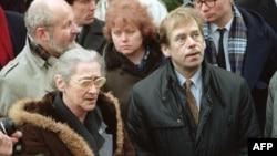Czechoslovak President Vaclav Havel visits Yelena Bonner (left) in Moscow on February 27, 1990.