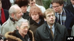 Ýelena Bonner Çehiýa respublikasynyň ozalky prezidenti Waslaw Hawel bilen Moskwada duşuşýar. Moskwa, 27-nji fewral, 1990.