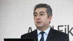 Qubad İbadoğlu: «Prezidentin önünə nə gətirirlər, imza atır»