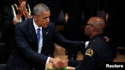 Президент Обама и начальник полиции Далласа Дэвид Браун