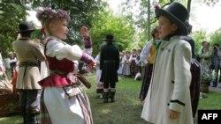 Некоторые педагоги опасаются, что с каждым годом юных участников литовских фольклорных праздников будет становиться все меньше