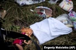 Дитяча іграшка на одному з місць падіння уламків «Боїнга», збитого російською установкою «Бук», в результаті чого загинуло 298 людей, в тому числі 80 дітей. Донеччина, неподалік села Грабове, 19 липня 2014 року