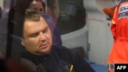 Дмитро Булатов в авті «швидкої допомоги» після прибуття на летовище Вільнюса, 2 лютого 2014 року