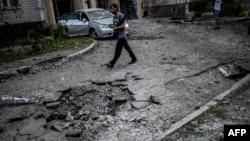 Кратер від вибуху снаряду в Донецьку, 29 липня 2014 року