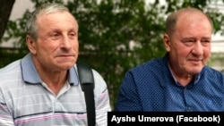 Микола Семена та Ільмі Умеров біля будівлі суду у Сімферополі, архівне фото