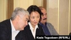 Посередине - Салтанат Атушева, вдова Алтынбека Сарсенбаева. Алматы, 11 февраля 2016 года.