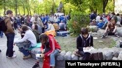 Активисты оппозиции собрались у памятника Абаю на Чистопрудном бульваре в Москве. 10 мая 2012 года.