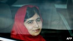 بریتانییا: ملاله یوسفزۍ بکنګم ماڼۍ ته ورسېدله. ۱۸اکتوبر ۲۰۱۳م کال