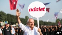 کمال قلیچ دار اوغلو رهبر حزب جمهوریخواه خلق در راهپیمایی استانبول