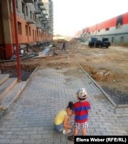 """Дети играют во дворе дома в жилом комплексе """"Шапагат"""". Караганда, 22 августа 2014 года."""
