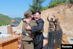 """Ким Чен Ын радуется успешному запуску ракеты """"Хвасон-14"""""""