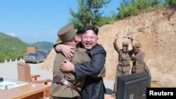 Kim Džong Un čestita vojsci nakon lansiranja interkontinentalne balističke rakete Hwasong-14, 5. juli 2017.
