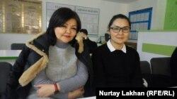 Казашка из Китая Кайша Акан (справа) и ее адвокат Айман Умарова в суде. Алматинская область, 23 декабря 2019 года.