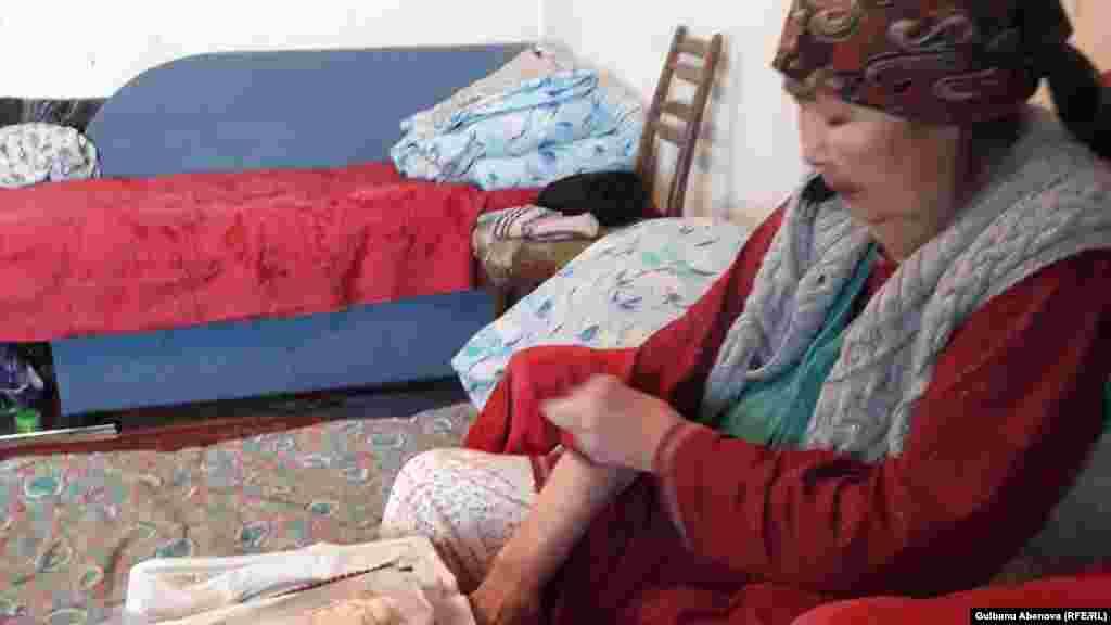 Галия Иманбулова переехала в Астану в конце 1990-х, в 2002 году приобрела домик в «Майском» с шестью сотками. В последнее время она жалуется на боли в суставах, с трудом передвигается по комнате. Два месяца назад после продолжительной болезни умер ее муж.
