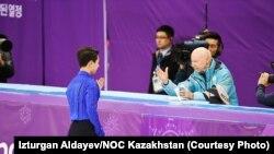 Денис Тен беседует со своим тренером Фрэнком Кэроллом (США) во время Олимпийских игр в Южной Корее. Пхёнчхан, 16 февраля 2018 года.