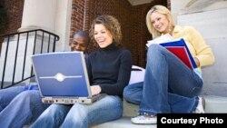 Молодые люди за занятиями. Иллюстративное фото.