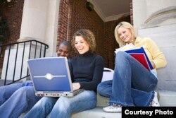Ноутбук қарап отырған студенттер. (Көрнекі сурет)
