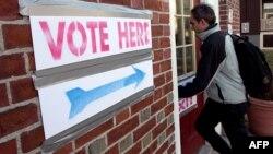 Një zgjedhës në Kembrixh (Masaçusets) hynë për të votuar në garën republikane