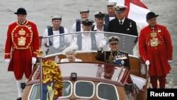 Маликаи Британия ва Шоҳзода Филип ҳангоми таҷлили 60-солагии ҳукми Елизаветтаи II