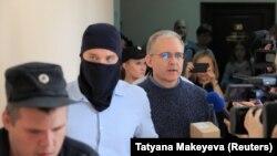 Обвиняемого в шпионаже Пола Уилана ведут в суд. Москва, 23 августа 2019 года.