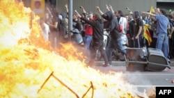 Барселонадагы демонстранттар полиция менен кагылышып, өрт коюшту. 29-март, 2012-жыл
