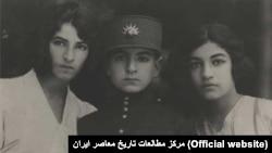 محمدرضای ولیعهد همراه با خواهرانش اشرف (راست) و شمس