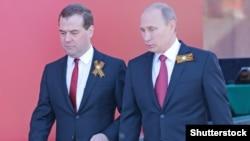 Президент России Владимир Путин и премьер Дмитрий Медведев с георгиевскими лентами (архивное фото)