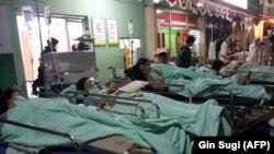 شماری از زخمیها خارج از بیمارستان ماتارام، شهر اصلی جزیره لومبوک