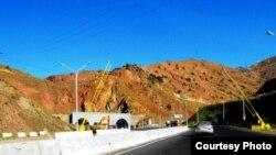 Corsán-Corviam Qamchiq dovonidagi yo'lning 64 kilometrlik qismini qurmoqda.