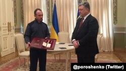 Petro Poroşenko, Qırımda elâk etilgen Reşat Ametovnıñ Ukraina Qaramanı mukâfatını onıñ qardaşı Refat Ametovğa taqdim etti. Kyiv, 2018 senesi mart 2 künü