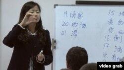 Тажик студенттерине кытай тилин үйрөтүп жаткан мугалим. Дүйшөмбү шаары