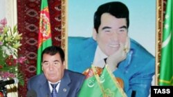 Президент Туркменистана Сапармурат Ниязов на фоне своего портрета. 22 октября 2003 года.