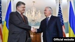 Украина президенті Петр Порошенко (сол жақта) және АҚШ мемлекеттік хатшысы Рекс Тиллерсон. Вашингтон, 20 маусым 2017 жыл.