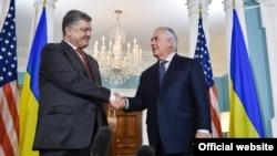 Petro Poroshenko dhe Rex Tillerson gjatë takimit të tyre më 20 qershor në Uashington