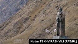 Гуьржийчоь, Казбеги Александрна хIоттийна хIоллам (статуя)