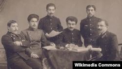Ukrayna - Yusif Vəzir tələbə yoldaşları arasında, sağdan üçüncü, Kiyev, 1913