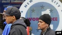 Безработные в очереди, чтобы попасть на прием в департамент труда в Нью-Йорке