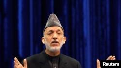 Hamid Karzai duke folur në Loya Jirga në Kabul