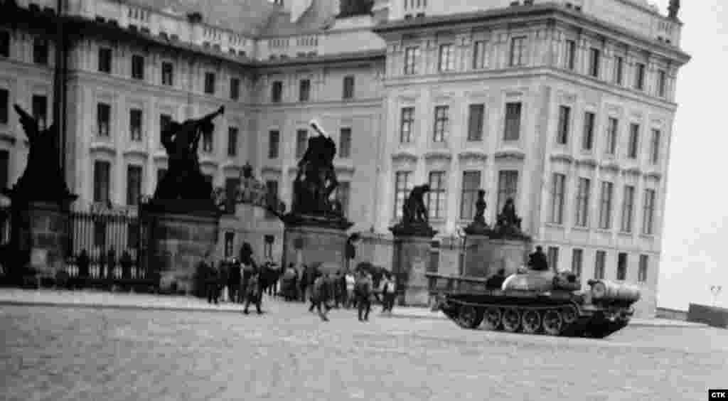 21 августа 1968 года. Площадь перед Пражским Градом.