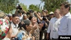 18 июн куни Ўзбекистонга қилган сафари чоғида Роберт Блейк ўшлик қочқинлар билан учрашган эди.