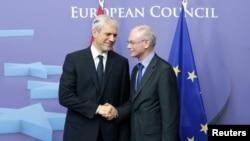 Ýewropa Geňeşiniň prezidenti Herman Wan Rompuý (sagda) Serbiýanyň prezidenti Boris Tadiçi kabul edýär, Brýussel, 28-nji fewral.