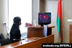 Сакратары суду Фрунзенскага раёну скрываюць выяву абвінавачанага з экрана манітора падчас перапынкаў. Здымкі забараняюць