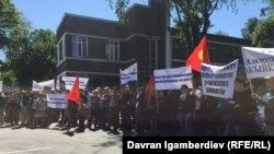 Акция сторонников Садыра Жапарова возле здания Верховного суда. 29 мая 2018 года.