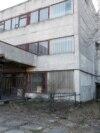 Ова е напуштената воена фабрика Буревисник во Киев. Таму некогаш се произведувале медицински вентилатори за персонал во советско-авганистанската војна. Фабриката е во сопственост на конгломератот на државната одбрана Укроборонпром.