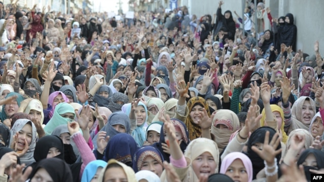 Shi'ite Muslim women protest against the killing of bomb attack victims in Quetta.