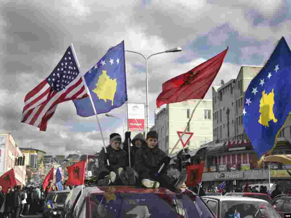 Kosovo - Priština slavi godišnjicu neovisnosti - U Prištini i svim kosovskim gradovima u podne,17.02., tisuće učenika,studenata i gradjana učestvovalo je u jednočasovnoj šetnji pod nazivom¨Hod u neovisnost¨. Kosovo je do sada priznalo 54 zemlje, medju njima 22 (od 27) su zemlje članice EU.